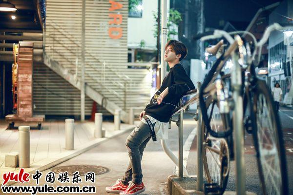 符龙飞变身玩酷少年东京街拍展自在魅力